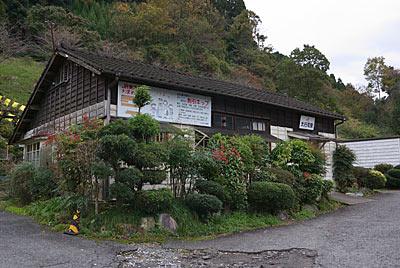 日田彦山線・大行司駅、木造駅舎の周囲は植栽豊か