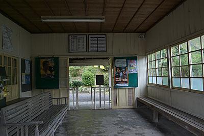 JR九州・日田彦山線・大行司駅の木造駅舎、待合室