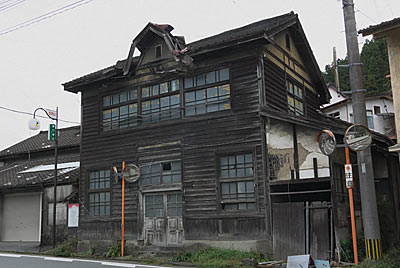 東峰村、日田彦山線の大行司駅近くの古い郵便局跡