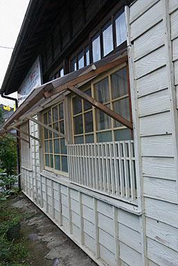 日田彦山線・大行司駅の木造駅舎、押縁下見の板張り