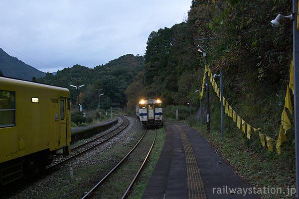 福岡県東峰村、日田彦山線、幸せの黄色いハンカチ連なる大行司駅ホーム
