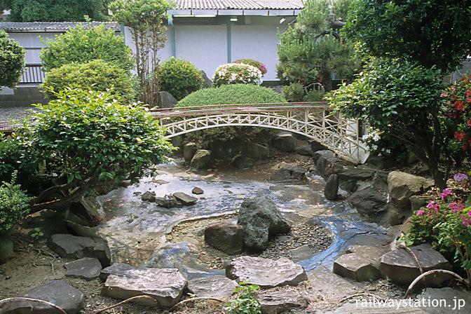 JR佐世保線・大村線、早岐駅。駅舎側ホームの西海橋を模した池庭