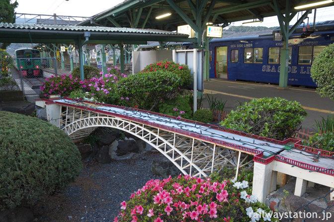 JR九州・佐世保線・大村線の早岐駅、西海橋を模した枯池と列車
