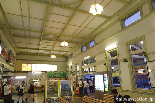JR九州・早岐駅、明治築の旧駅舎、待合室内部