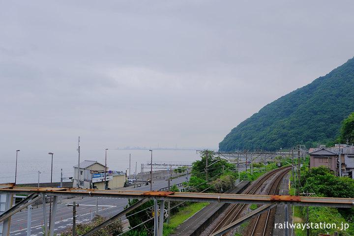 JR日豊本線・東別府駅、跨線橋から見える海(別府湾)