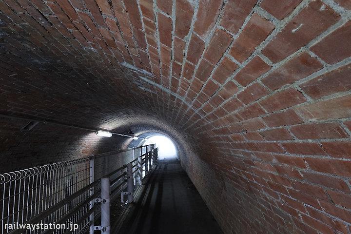 日豊本線・東別府駅側の線路下のレンガ壁の通路