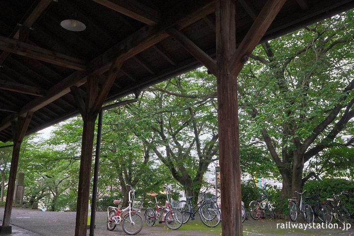 JR九州日豊本線・東別府駅、駅舎前の桜並木