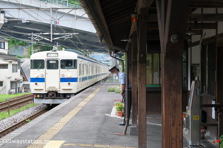 JR九州日豊本線・東別府駅、明治の木造駅舎に国鉄型の電車が入線