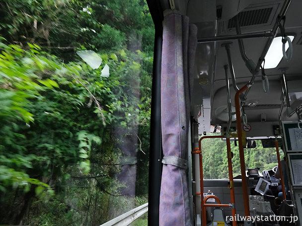 山深い道をゆく日田彦山線代行バス
