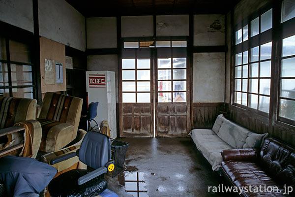 JR九州・筑肥線、廃品に占拠された肥前長野駅の待合室