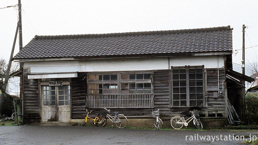 佐賀県伊万里市、筑肥線・肥前長野駅、古い木造駅舎が残る
