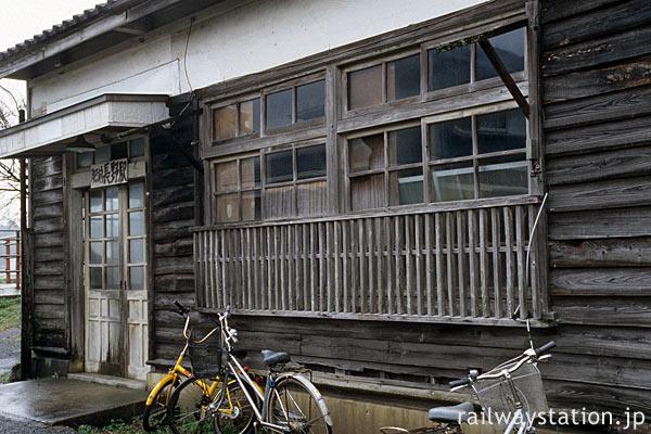 筑肥線・肥前長野駅、古い木の質感豊かな木造駅舎