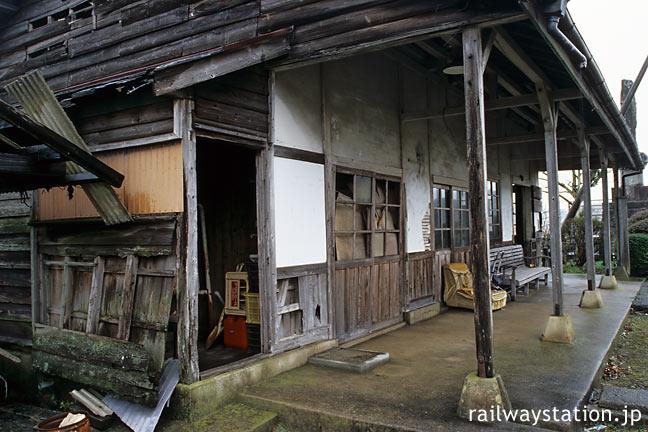 筑肥線、傷みが激しい肥前長野駅の木造駅舎