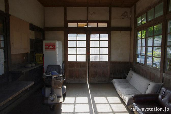 JR筑肥線・肥前長野駅、廃品が少し撤去された待合室(2010年)