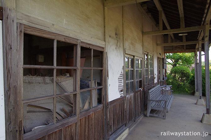 筑肥線・肥前長野駅、ボロボロの木造駅舎と内部のゴミの山