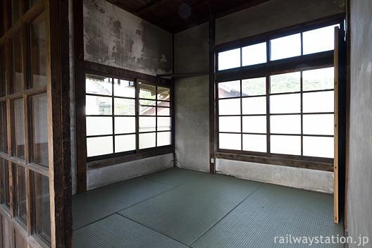 JR筑肥線・肥前長野駅の木造駅舎、四畳半の畳敷き休憩室・宿直室