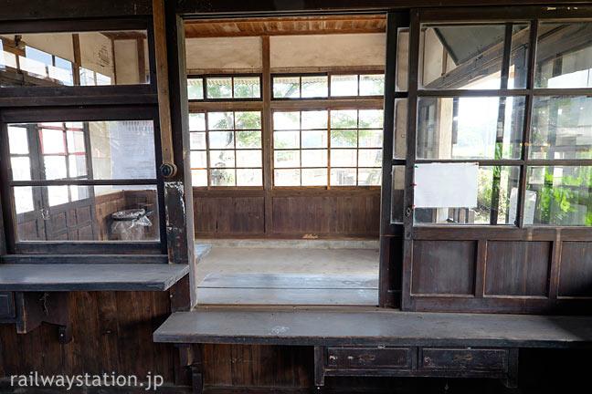 JR筑肥線・肥前長野駅の木造駅舎、窓口跡から見た待合室