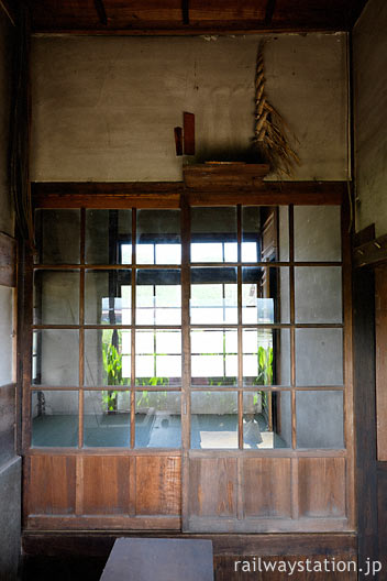 JR筑肥線・肥前長野駅の木造駅舎、休憩室入口上部の神棚跡