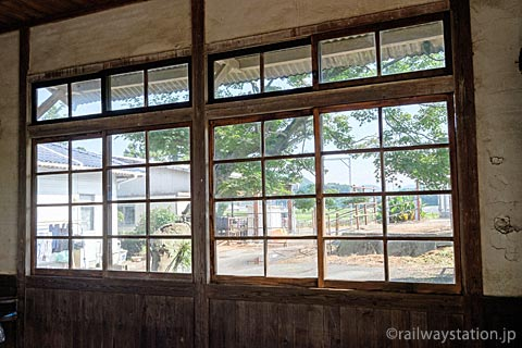 JR筑肥線・肥前長野駅、木枠の窓