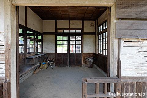JR筑肥線・肥前長野駅の木造駅舎、改札口と待合室