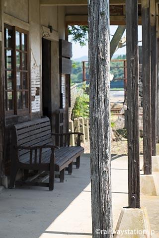 JR筑肥線・肥前長野駅の木造駅舎、ホーム側の古びた柱