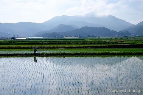 佐賀県伊万里市、肥前長野駅ホームから見た水田と山々