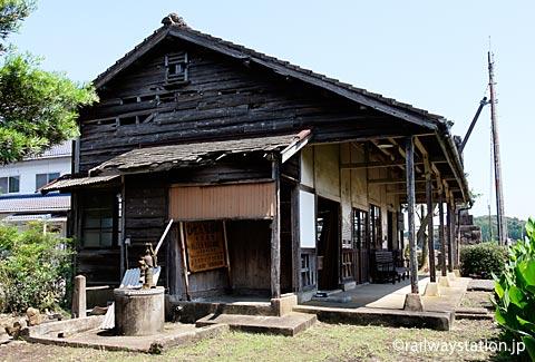 JR筑肥線・肥前長野駅、木造駅舎と古井戸