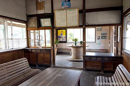 JR九州・肥前七浦駅の木造駅舎、待合室となった旧駅事務室