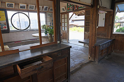 JR長崎本線・肥前七浦駅の木造駅舎、窓口跡の裏側