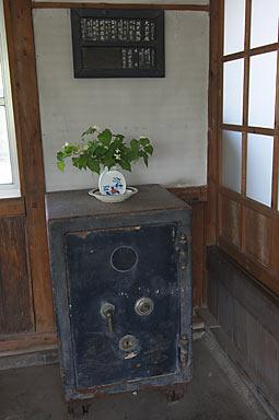 JR九州・長崎本線、肥前七浦駅、旧駅事務室内の金庫