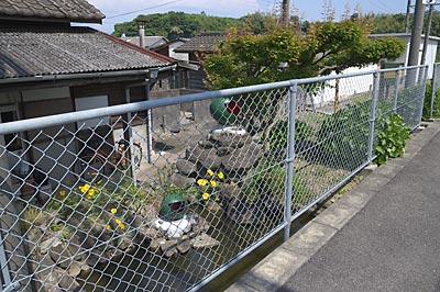 JR九州・長崎本線、肥前七浦駅、ホーム横の池庭