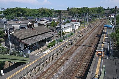 JR九州・長崎本線・肥前七浦駅、駅舎とホームを見下ろす