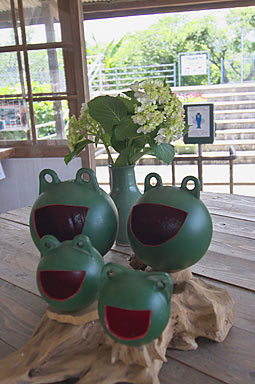 JR長崎本線・肥前七浦駅、待合室のカエルの置物と紫陽花