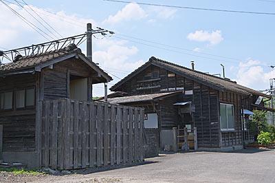 JR長崎本線・肥前七浦駅、古い木造のトイレと駅舎