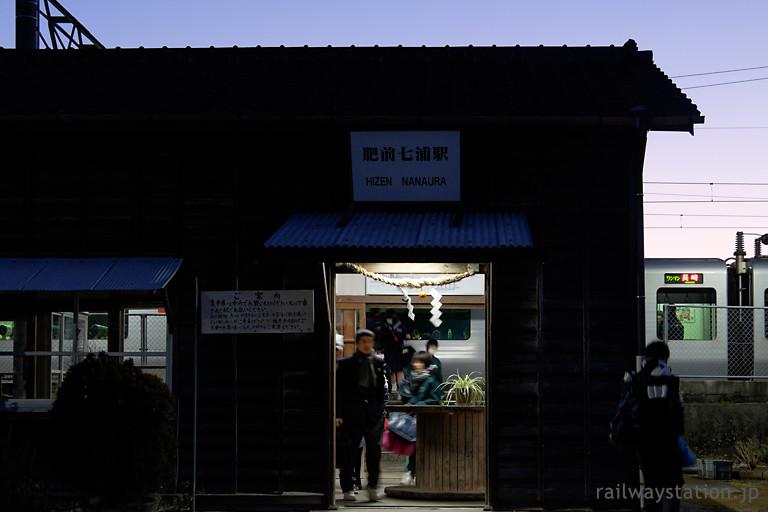 長崎本線、夜の肥前七浦駅、列車から下車した学生たち…