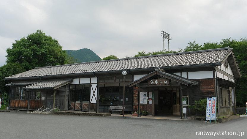 日田彦山線、風格ある宝珠山駅の木造駅舎