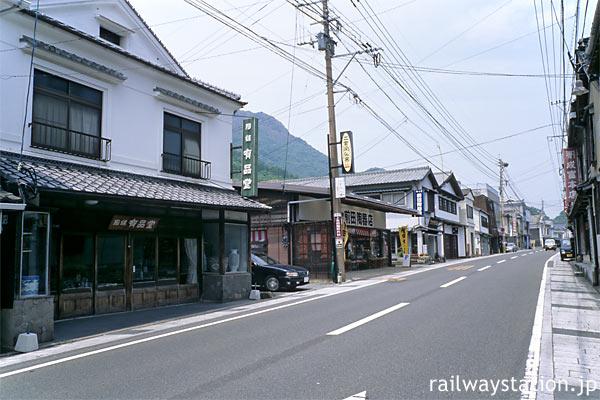 有田焼の街、陶器屋が並ぶ上有田駅近くの街並み