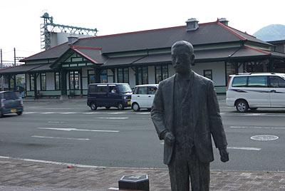 熊本市電・上熊本駅前の夏目漱石像