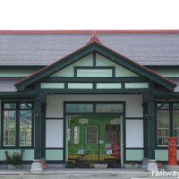 JR上熊本旧駅舎を移築した上熊本停留所に停車する熊本市電の車両