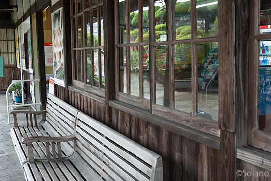 JR日豊本線・上臼杵駅、木の質感豊かな木造駅舎
