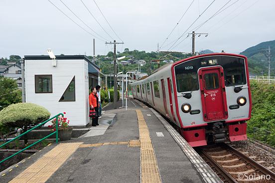 日豊本線・上臼杵駅のホームに入線するJR九州815系電車