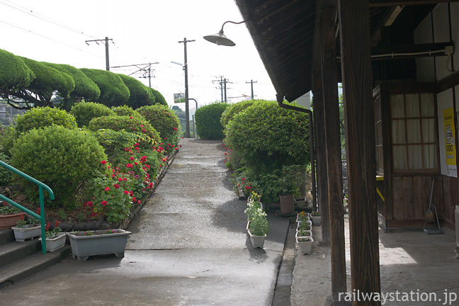 日豊本線・上臼杵駅。庭園のような植栽が美しい