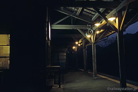 肥薩線・嘉例川駅、闇の中に照らし出される木造駅舎