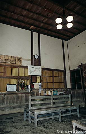 肥薩線・嘉例川駅の木造駅舎、昔のままの窓口跡と待合室