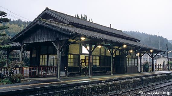 JR九州・肥薩線・嘉例川駅の木造駅舎、ホーム側