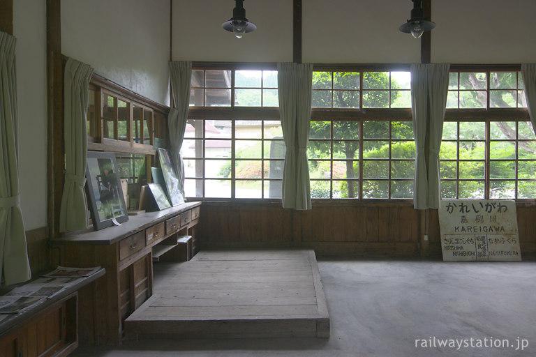 肥薩線・嘉例川駅の木造駅舎、昔のままの駅事務室内部