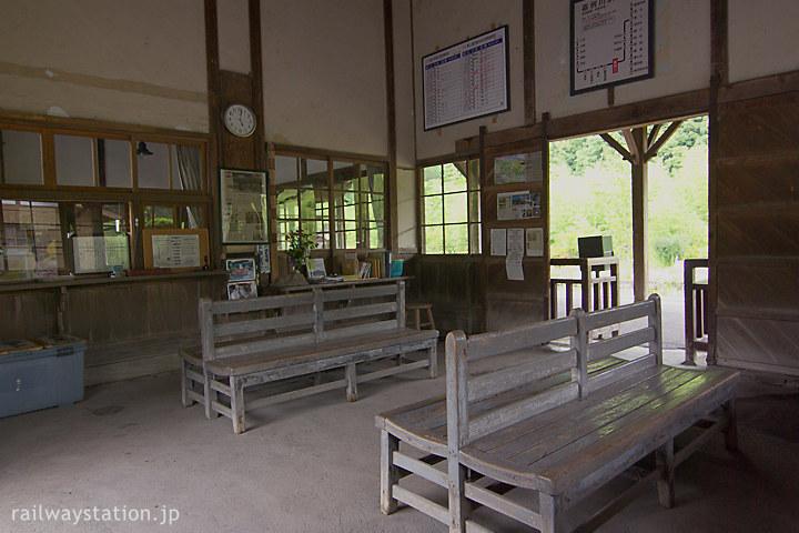 肥薩線・嘉例川駅の木造駅舎、木のベンチある待合室も昔ながら