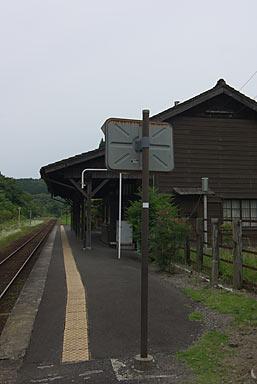 肥薩線・嘉例川駅、茶色く塗られた列車運転士用のミラー