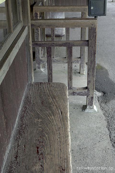 肥薩線・嘉例川駅舎ホーム、木の造り付けベンチと改札口