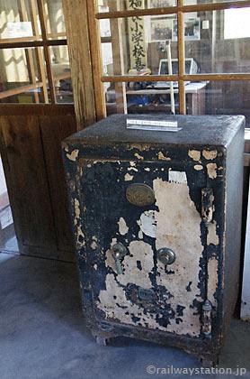 JR肥薩線・嘉例川駅、旧駅事務室内にある古い金庫